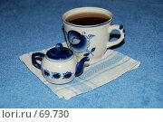 Гжель. Чашка с чаем и маленьким чайничком. Стоковое фото, фотограф Елена Филиппова / Фотобанк Лори