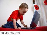 Купить «Малыш учится работать на компьютере, увлеченно нажимает кнопки на ноутбуке», фото № 69746, снято 4 июня 2007 г. (c) Harry / Фотобанк Лори
