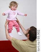 Купить «Молодой отец подбрасывает свою маленькую дочку в воздух. Семейное счастье.», фото № 69902, снято 2 июля 2007 г. (c) Harry / Фотобанк Лори