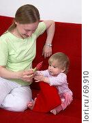 Купить «Молодая мама играет с маленькой дочкой на красном диване», фото № 69910, снято 2 июля 2007 г. (c) Harry / Фотобанк Лори