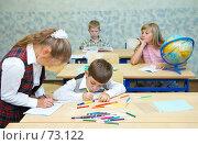 Купить «Перемена:  девочка пишет в тетрадке, мальчик  рисует фломастерами, девочка с глобусом скучает, мальчик  рассматривает книгу», фото № 73122, снято 19 августа 2007 г. (c) Ирина Мойсеева / Фотобанк Лори