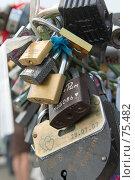 Замки, оставленные на «Дереве счастья», Москва, Лужков мост (2007 год). Редакционное фото, фотограф Давид Мзареулян / Фотобанк Лори