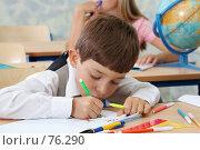 Купить «На уроке первоклассник рисует в тетради», фото № 76290, снято 19 августа 2007 г. (c) Doc... / Фотобанк Лори