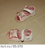 Купить «Пара детских босоножек на полу», фото № 85970, снято 8 июля 2007 г. (c) Golden_Tulip / Фотобанк Лори