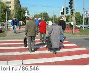 Купить «Люди переходят через дорогу», эксклюзивное фото № 86546, снято 19 сентября 2007 г. (c) Татьяна Юни / Фотобанк Лори