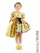 Купить «Маленькая девочка с подарочным пакетом», фото № 90066, снято 16 июля 2007 г. (c) Вадим Пономаренко / Фотобанк Лори