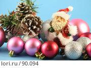 Купить «Дед мороз с разноцветными шариками на голубом фоне», фото № 90094, снято 31 июля 2007 г. (c) Елена Блохина / Фотобанк Лори