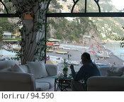 Купить «Пожилой мужчина  у окна на диване в гостинице в баре. Вид на море. Италия. Позитано», эксклюзивное фото № 94590, снято 23 мая 2006 г. (c) Татьяна Белова / Фотобанк Лори