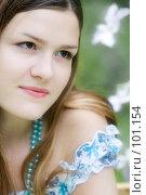 Мечтающая девушка с ожерельем на фоне цветов. Стоковое фото, фотограф Влада Посадская / Фотобанк Лори