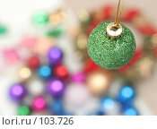 Купить «Зеленая новогодняя игрушка на разноцветном фоне», фото № 103726, снято 21 июля 2018 г. (c) Останина Екатерина / Фотобанк Лори