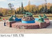 Купить «Девочка 3 лет,играющая возле старого фонтана», фото № 105178, снято 15 декабря 2017 г. (c) Круглов Олег / Фотобанк Лори