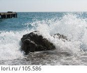 Купить «Холодные морские волны разбиваются о прибрежный камень», фото № 105586, снято 9 марта 2007 г. (c) Сергей Сухоруков / Фотобанк Лори