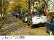 Купить «Автомобили, выстроенные в ряд на пешеходной дорожке (тротуаре)», фото № 105606, снято 27 октября 2007 г. (c) Александр Чураков / Фотобанк Лори
