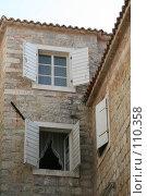 Купить «Открытые ставни на окнах старинного каменного дома, Будва Черногория», фото № 110358, снято 26 августа 2007 г. (c) Fro / Фотобанк Лори