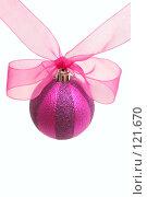 Купить «Красный новогодний шар  и розовый бант на белом фоне», фото № 121670, снято 31 октября 2007 г. (c) Останина Екатерина / Фотобанк Лори