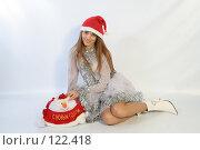 Купить «Девушка с новогодним подарком», фото № 122418, снято 11 ноября 2007 г. (c) Евгений Батраков / Фотобанк Лори