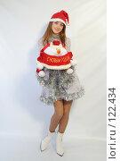 Купить «Девушка с новогодним подарком», фото № 122434, снято 11 ноября 2007 г. (c) Евгений Батраков / Фотобанк Лори