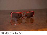 Купить «Очки в красной оправе», фото № 124270, снято 22 ноября 2007 г. (c) Татьяна Дигурян / Фотобанк Лори