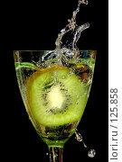 Купить «Киви в брызгах воды», фото № 125858, снято 7 июля 2007 г. (c) Петухов Геннадий / Фотобанк Лори