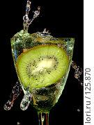 Купить «Киви в брызгах воды», фото № 125870, снято 7 июля 2007 г. (c) Петухов Геннадий / Фотобанк Лори