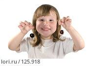 Купить «Смеющаяся восторженная трехлетняя девочка держит в руках вишни», фото № 125918, снято 10 июля 2007 г. (c) Ольга Сапегина / Фотобанк Лори