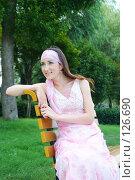 Купить «Веселая девушка, сидящая на лавочке в парке», фото № 126690, снято 19 июля 2007 г. (c) A.Козырева / Фотобанк Лори