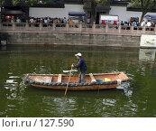 Купить «Человек плавает на лодке-гондоле», фото № 127590, снято 14 декабря 2017 г. (c) Вера Тропынина / Фотобанк Лори