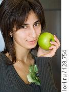 Купить «Портрет девушки с зеленым яблоком», фото № 128754, снято 21 сентября 2007 г. (c) Донцов Евгений Викторович / Фотобанк Лори