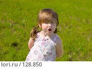 Купить «Недовольный ребенок на фоне зеленой травы летом», фото № 128850, снято 3 июня 2007 г. (c) Ольга Сапегина / Фотобанк Лори