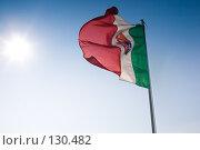 Флаг Италии, развевающийся на ветру на ярком солнце. Стоковое фото, фотограф Влада Посадская / Фотобанк Лори