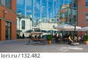 Купить «Уличное кафе во дворе дома», фото № 132482, снято 9 августа 2007 г. (c) Юрий Синицын / Фотобанк Лори