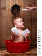 Купить «Ребенок моется в тазике», фото № 133170, снято 1 июля 2006 г. (c) Анатолий Типляшин / Фотобанк Лори