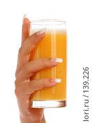 Купить «Женская рука с маникюром и стакан с апельсиновым соком», фото № 139226, снято 28 августа 2007 г. (c) Александр Паррус / Фотобанк Лори