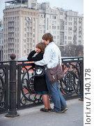 Купить «Парочка на Патриаршем мосту смотрит на  Москву-реку», эксклюзивное фото № 140178, снято 31 марта 2007 г. (c) Ирина Мойсеева / Фотобанк Лори