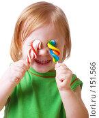 Купить «Девочка с конфетами на белом фоне», фото № 151566, снято 23 ноября 2007 г. (c) Майя Крученкова / Фотобанк Лори