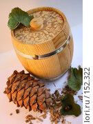 Купить «Кедровая шишка и бочонок меда на белом фоне», фото № 152322, снято 24 ноября 2007 г. (c) Юлия Паршина / Фотобанк Лори