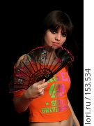 Купить «Девушка с веером в руке на черном фоне», фото № 153534, снято 4 мая 2007 г. (c) Александр Паррус / Фотобанк Лори