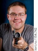Купить «Мужчина с пистолетом», фото № 154742, снято 19 декабря 2007 г. (c) Алексей Судариков / Фотобанк Лори