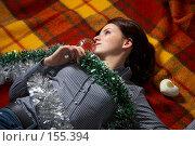 Девушка с фужером шампанского лежит на клетчатом пледе. Стоковое фото, фотограф Ирина Мойсеева / Фотобанк Лори