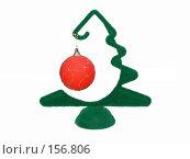 Купить «Стилизованная новогодняя елка, украшенная красным шаром, на белом фоне», фото № 156806, снято 27 июня 2019 г. (c) Владимир Сергеев / Фотобанк Лори