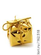 Купить «Желтый блестящий подарок на белом фоне», фото № 162518, снято 18 сентября 2018 г. (c) Роман Сигаев / Фотобанк Лори