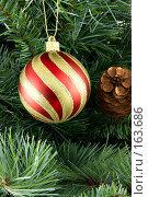Купить «Полосатый рождественский шарик», фото № 163686, снято 18 сентября 2018 г. (c) Роман Сигаев / Фотобанк Лори