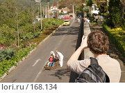 """Купить «Мадейра : турист фотографирует спуск на """"тобогане"""" из Monte», фото № 168134, снято 29 декабря 2007 г. (c) Tamara Kulikova / Фотобанк Лори"""