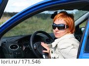 Купить «Рыжая девушка в солнечных очках за рулем автомобиля», фото № 171546, снято 9 сентября 2007 г. (c) Наталья Белотелова / Фотобанк Лори