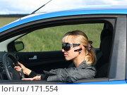 Девушка за рулем автомобиля в солнечных очках и с гарнитурой. Стоковое фото, фотограф Наталья Белотелова / Фотобанк Лори