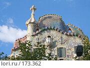 Купить «Фрагмент дома Батльо (Casa Batllo) работы Гауди с крышей в форме дракона в Барселоне», фото № 173362, снято 19 сентября 2005 г. (c) Солодовникова Елена / Фотобанк Лори