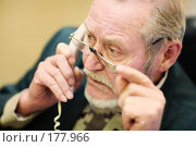 Купить «Пожилой человек говорит по телефону на рабочем месте в офисе», фото № 177966, снято 16 января 2008 г. (c) Олег Селезнев / Фотобанк Лори