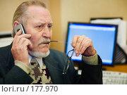 Купить «Пожилой человек говорит по телефону на рабочем месте в офисе перед компьютером», фото № 177970, снято 16 января 2008 г. (c) Олег Селезнев / Фотобанк Лори