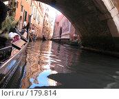 Караван венецианских гондол движется по узкому каналу, проплывая под мостами (2007 год). Стоковое фото, фотограф Георгий Ильин / Фотобанк Лори
