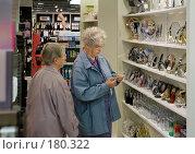 Купить «Пожилые женщины в магазине Парижа», фото № 180322, снято 18 июня 2007 г. (c) Юрий Синицын / Фотобанк Лори